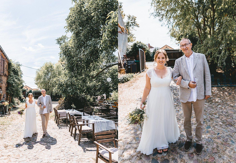 50mmfreunde Berlin Hochzeit 032 hoch - Sommerhochzeit in dem Vierseithofcafé im Berliner Umland
