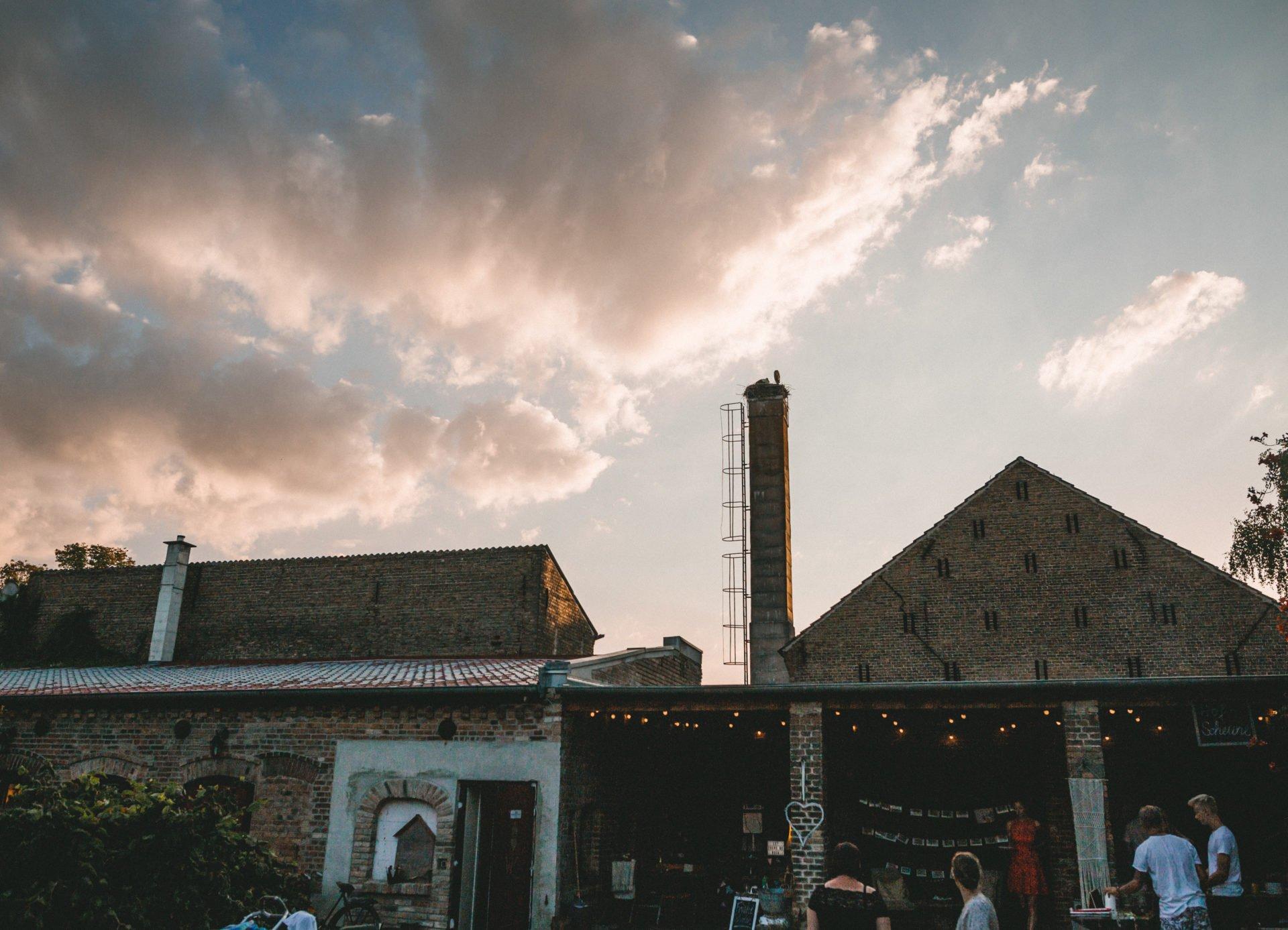 50mmfreunde Berlin Hochzeit 084 1920x1387 - Sommerhochzeit in dem Vierseithofcafé im Berliner Umland