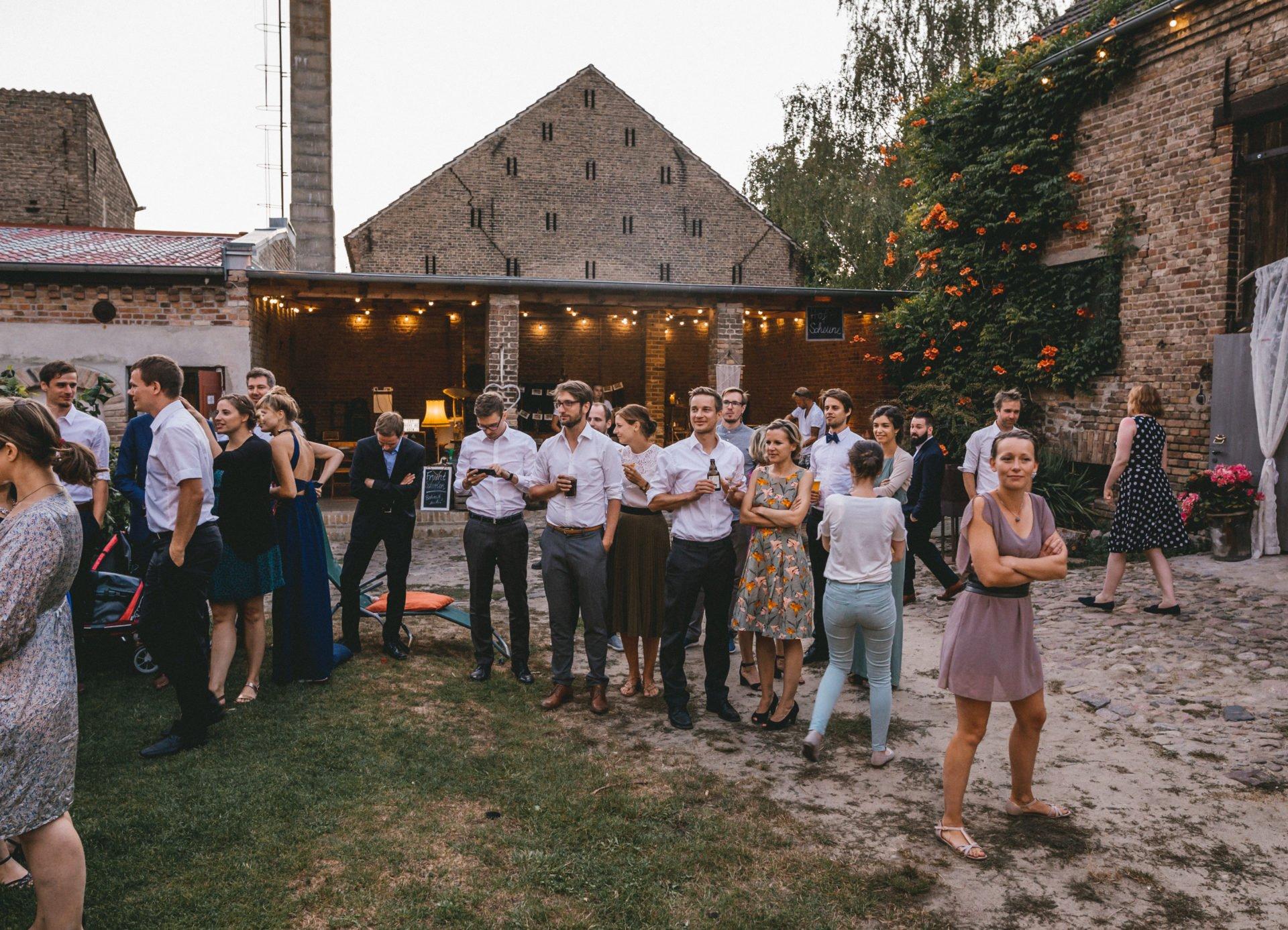 50mmfreunde Berlin Hochzeit 087 1920x1387 - Sommerhochzeit in dem Vierseithofcafé im Berliner Umland